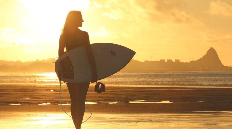 Quels sont les bienfaits d'une colonie de vacances surf pour ado en France?